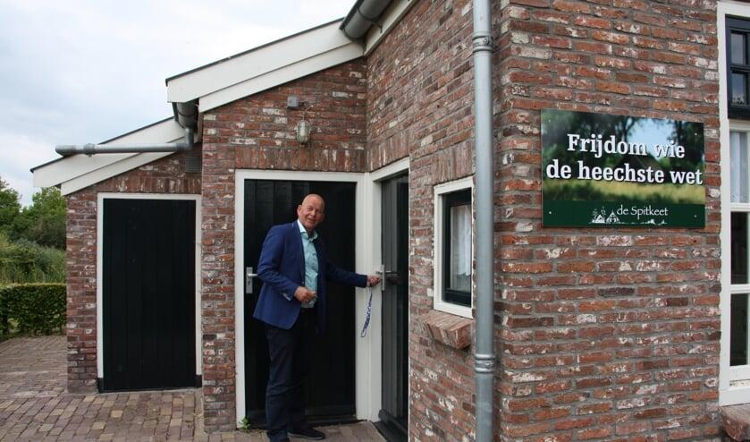 Wethouder Max de Haan opent de tentoonstelling in De Spitkeet.