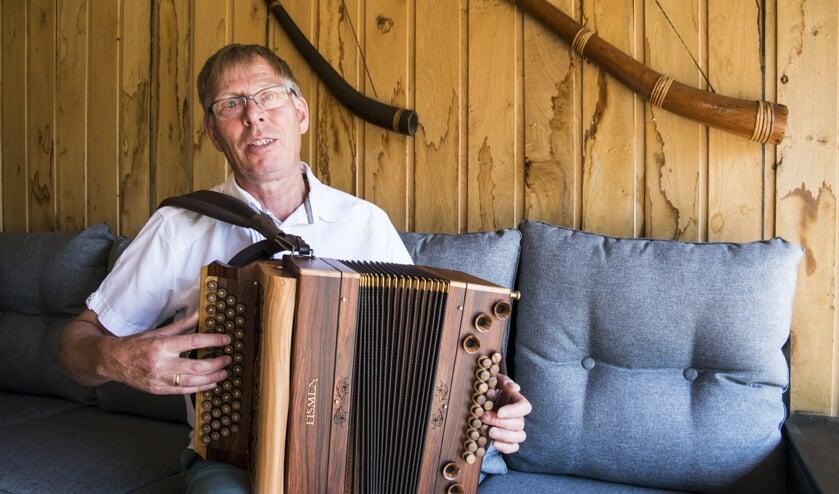 Pieter van der Veen uit Augustinusga organiseert zaterdag de harmonikadag in  Harkema. Na aanmelden zijn muzikanten en bezoekers welkom.
