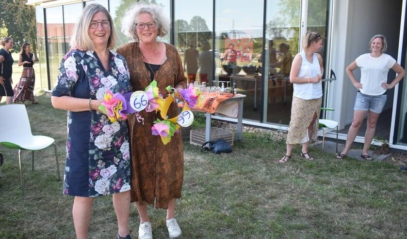 De laatste dag van Pietie Dijkstra (links) en Janny Kamsma  bij Consulatiebureau Burgum.