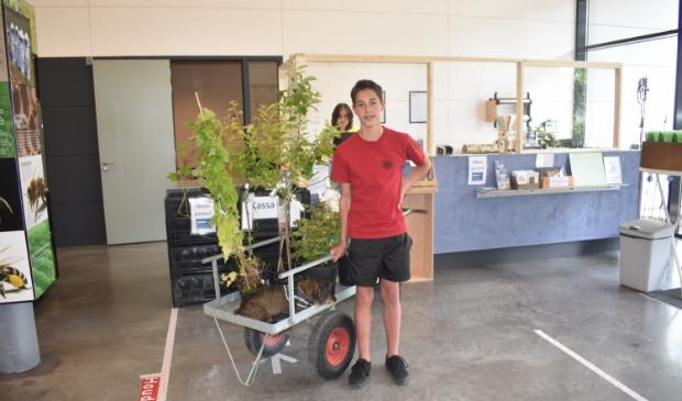 Victor uit Amsterdam koopt, samen met z'n hondje, planten in de Kruidhof-winkel.