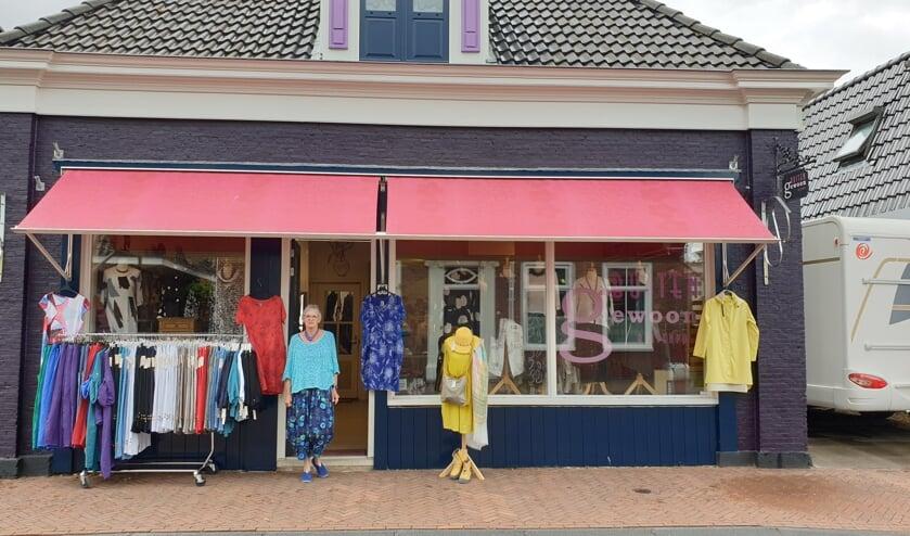 Rineke Olieman voor haar kledingboetiek Buitengewoon Buitenpost. Veel klanten bezoeken de winkel nadat ze de leuke kleding zagen in de webshop  www.buitengewoonbuitenpost.nl