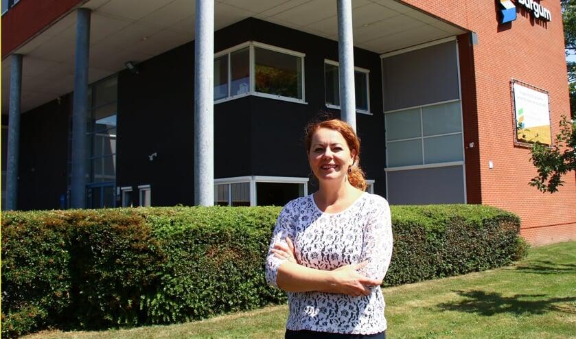 Locatiedirecteur Edith van 't Wout voor Singelland Burgum, waar de  uitreiking van de diploma's aan de leerlingen dit jaar 'corona-proof´ is.