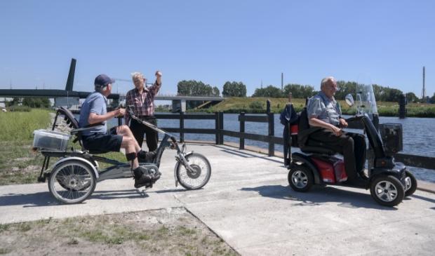 Fokke Adema, Gelf van der Wal en  Johannes van der Meulen bij de nieuwe rolstoelvisvijver in het Wetter en  Willepark, nabij de brug in Burgum.