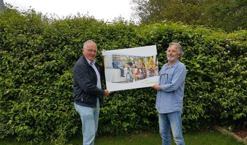 Henk Postma (rechts) krijgt als aandenken een foto van voorzitter Albert Helfrich.