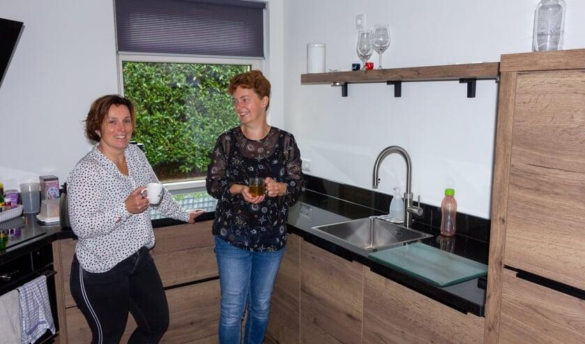 Iepie Zijlstra en Joke Veenema in de nieuwe keuken van de familie Zijlstra. De kraan blijft glanzend door het kalkvrije water.