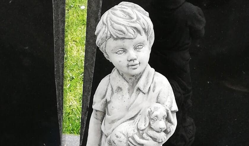 Het verdwenen beeld bij een graf.