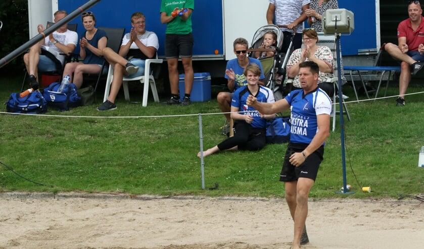 Bart Helmholt maakt een triomfantelijk gebaar na zijn sprong.