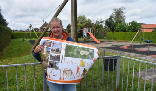 Johanna Kommerie toont op de plek waar de kast met zwerfboeken komt te staan, ook het  toekomstplan voor de speeltuin Klautertún Loanefertier in Damwâld.