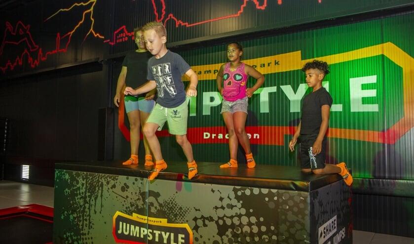 Angelina, Ayden, Fabiona en Faustino leven zich uit op de trampolines, springkussens en klimtoren bij Jumpstyle in Drachten.