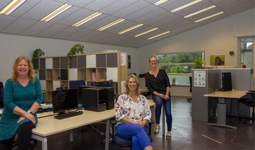 Gerda Nijdam, Anne-Marie Verhaar en Marije Epema zijn blij met het ruime, lichte pand waar Scauting nu gevestigd is.
