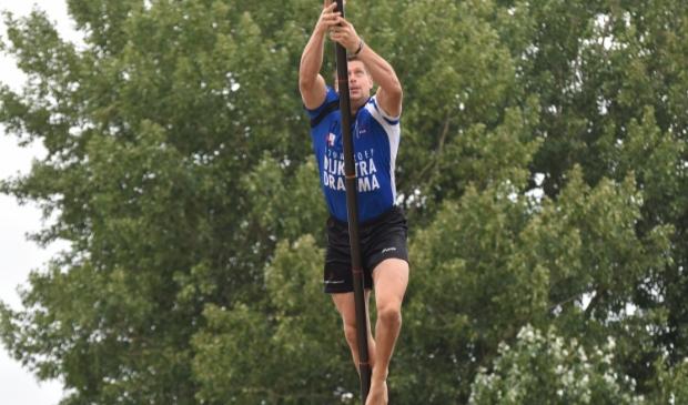 Bart Helmholt in actie op de fierljepschans in Buitenpost, 1 augustus. Hij won toen met een matige sprong van 17,97 meter. Dat zal zaterdag op het NK in Burgum waarschijnlijk niet genoeg zijn.