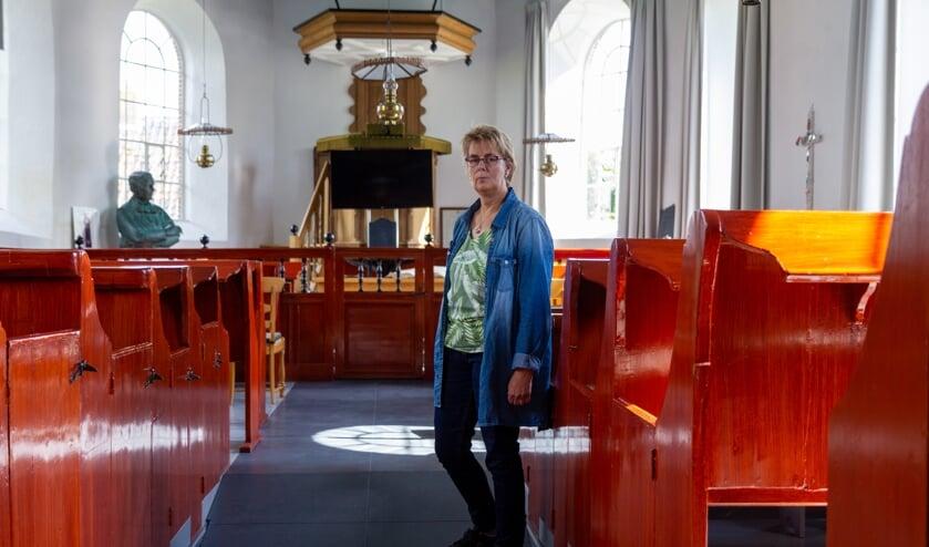 Grytsje Tania-Sijens van de Plaatselijke Commissie Foudgum van de Stichting Alde Fryske Tsjerken in de Mariakerk in Foudgum.