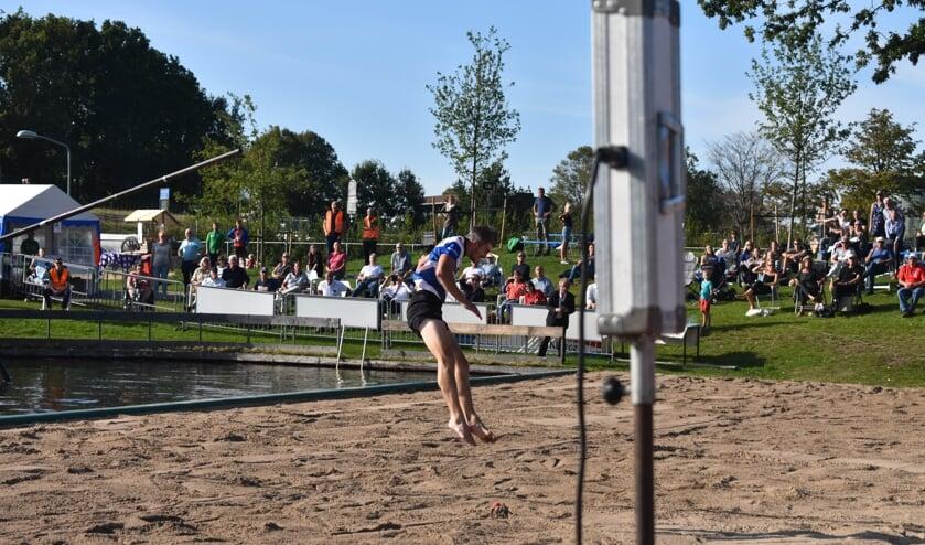 Ysbrand Galama springt voorbij het rode balletje naar 21,09 meter en waant zich even Nederlands kampioen.