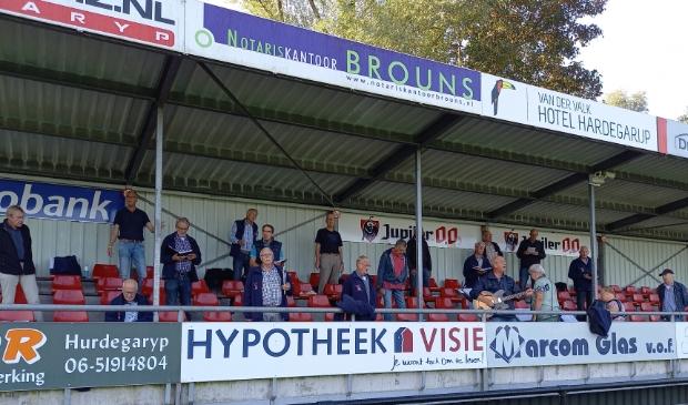 De tribune van VV Hardegarijp werd nu bezet door het shantykoor.