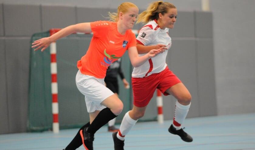 Renza de Vries van Libertas (oranje shirt) in actie.