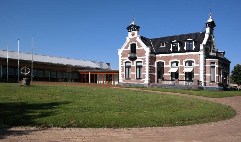 <p>Het gemeentehuis in Kollum, met rechts villa Westenstein. Woningbouw op<br>dit terrein is niet toegestaan.</p>
