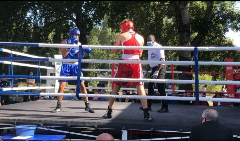 Mauro Molenaar, in het blauw, in actie in de boksring.