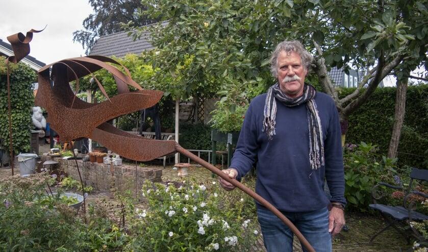 Gerard Herder bij één van de beelden in zijn tuin. 'Nieuwsgierig', heet deze. Vrijdag wordt er een ander beeld van de kunstenaar onthuld nabij 'het haventje' in Boornbergum. Zie voor meer over zijn werk met je app naar het filmpje.