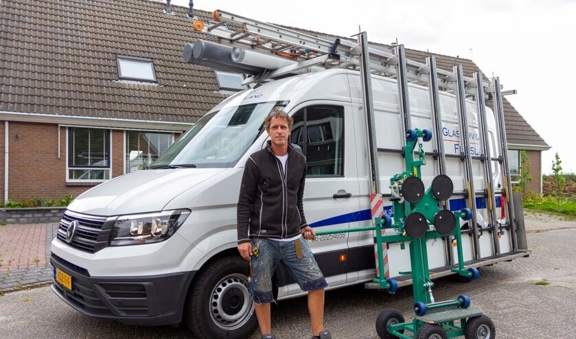 Douwe de Vries toont zijn glaslift, waardoor hij zelfstandig glazen tot 150 kilogram kan plaatsen.
