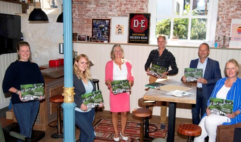 Van links naar rechts: Elisabeth Post (redacteur), Anneke Wijma (vormgeefster VDLP), Hilda Boesjes (PR bestuurslid SKS), Simon van der Let (dir. VDLP), René Nagelhout (voorzitter SKS), Liesbeth van Keimpema (redacteur)
