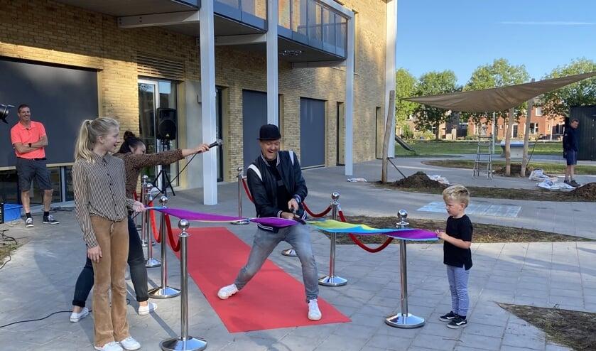 Raynaud Ritsma en kinderen CBS De Sprankeling openen school met Super Challenge