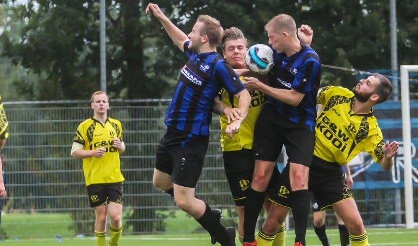 Sjouke Bron en Freerk Veenstra (geel zwart tenue) in een duel met spelers van Rottevalle. Albert Wijma kijkt toe.