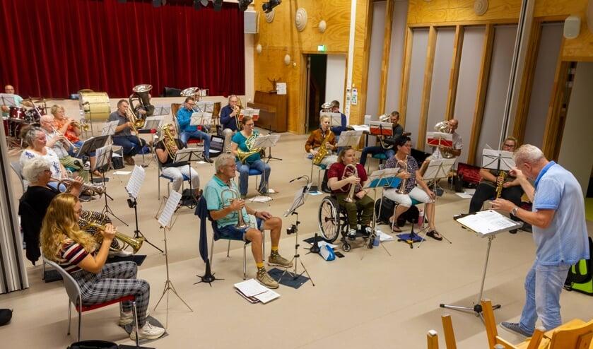 Muziekkorps Polyphonia repeteert voor het optreden op Rottevalle Brûst.