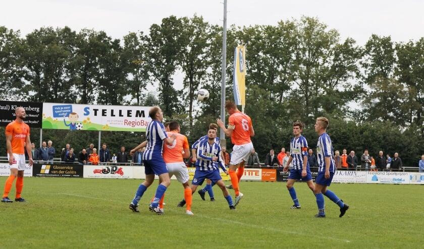 VV Kollum (oranje wit tenue) miste de vorm van de dag tegen SC Veenwouden, maar won wel.