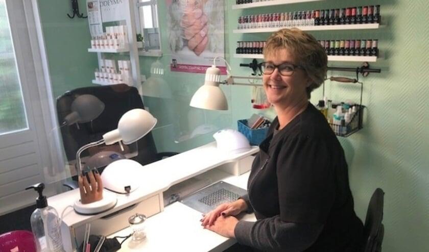 Betty de Vries runt haar nagelsalon in Dokkum.