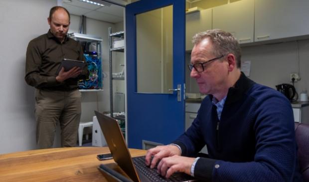 <p>Cor Procee en Dirk van der Woude tijdens een cyberweerbaarheidsscan.</p>