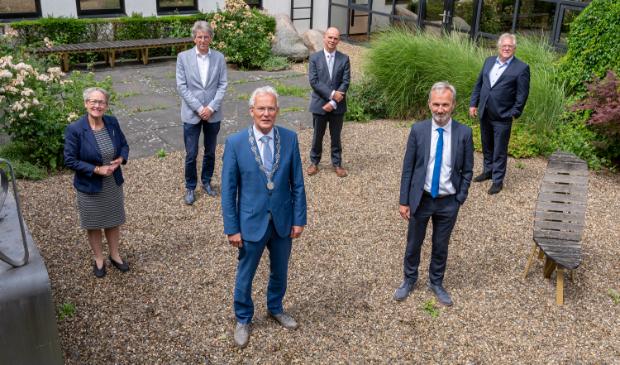 <p>Drie leden van b. en w. van Smallingerland doen vrijdag en zaterdag mee aan NLDoet, namelijk de drie achteraan: Maria le Roy, Bert Westerink en Felix van Beek (v.l.n.r.).</p>