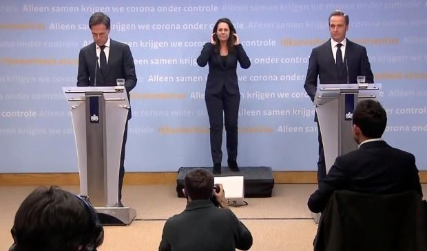 <p>Te veel mensen houden zich onvoldoende aan de maatregelen, waarschuwden Rutte en De Jonge ook nu weer bij de persconferentie.</p>