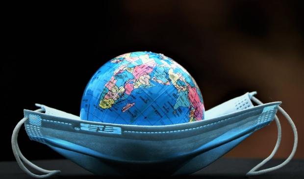 <p>De wereldwijde coronapandemie wordt zowel plaatselijk als regionaal als nationaal als internationaal bestreden. Daarbij is sprake van samenwerking, maar ook van concurrentie.</p>