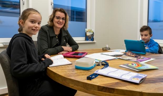 <p>Terwijl Jente de online les volgt bij zijn meester, maakt zus Silke samen met moeder Klazina de overstap van het half uur stillezen naar het rekenwerk op de tablet. Midden op tafel ligt de map met de weekplanning.</p>