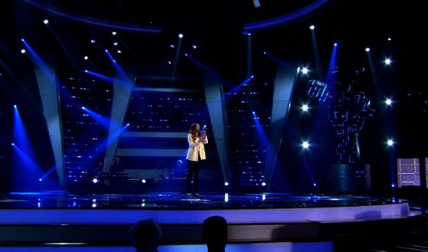 Anne van der Zee op het enorme podium van 'The Voice of Holland'.