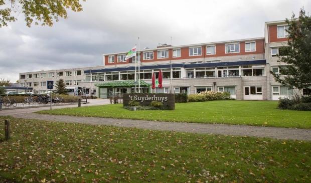 <p>&#39;t Suyderhuys in Surhuisterveen, waar recentelijk de &#39;Britse&#39; variant van het coronavirus opdook.</p>