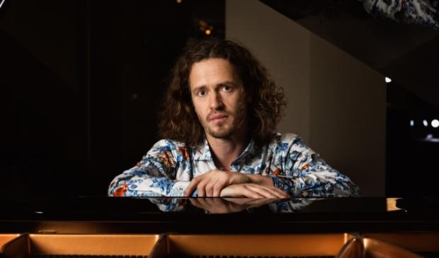 <p>De zanger en pianist Roon Staal.</p>