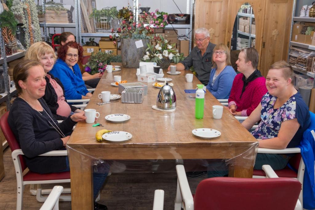 Cliënten drinken koffie met Klaas Kromkamp. Foto: Actief Media © Actief Media