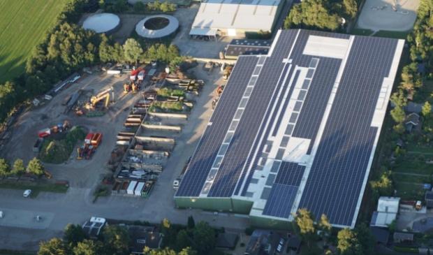 <p>Op de daken van Bijlsma BV in Gytsjerk liggen al vierduizend zonnepanelen van Trynergie. Maar er kunnen meer bij op daken van andere bedrijven.</p>