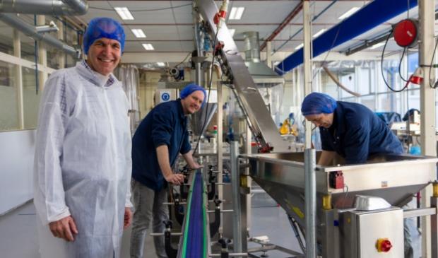 <p>Van links naar rechts: Jan Knol, Ruurd Johan Veenstra en Jan Marten Miske bij een inpakmachine. Binnenkort verhuist NEF naar een nieuw pand op de hoek van de Havelandoweg en de Oostergoweg in Dokkum.</p>