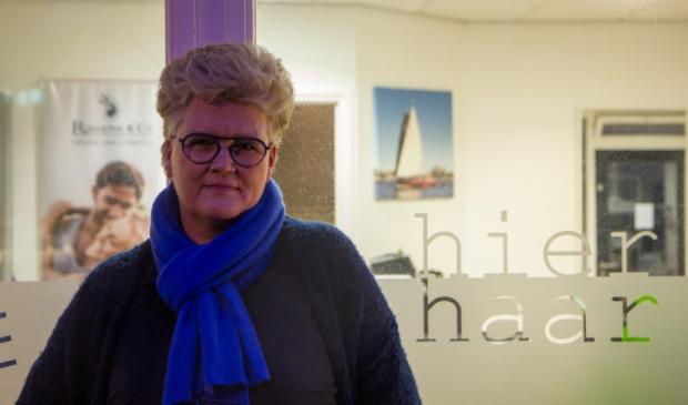 <p>Ellen Wester voor haar kapsalon aan de Lageweg in Burgum.</p>