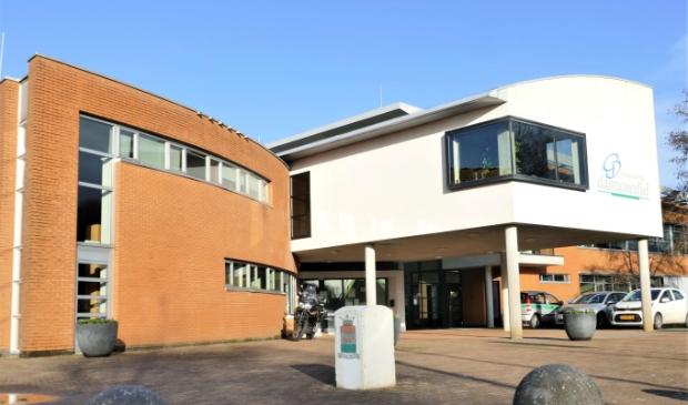 <p>Het gemeentehuis in Damw&acirc;ld, met links op de begane grond de raadszaal.<br>Doet de gemeente er verstandig aan, het gebouw (deels?) te verkopen?<br>Wat zijn dan de financi&euml;le gevolgen?</p>