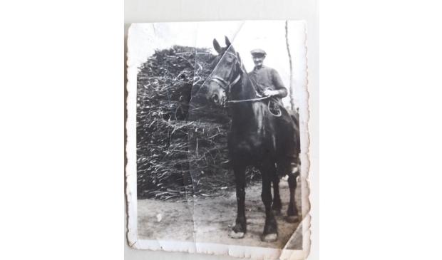 <p>&#39;Oerpake&#39; Jacob Storm op het paard vlakbij de Betonwei.</p>