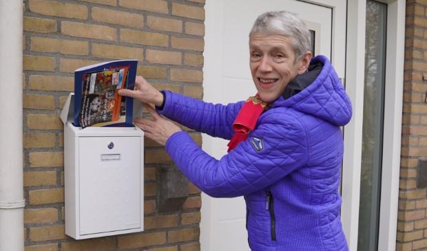 Griet Braaksma (scriba van PGT) bezorgt het bloemenzaad, de folder en bij de leden ook het PGT-ledenblad.