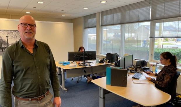 <p>Gerard van der Ploeg in het kantoor van Apuls Cijfers & Advies.</p>