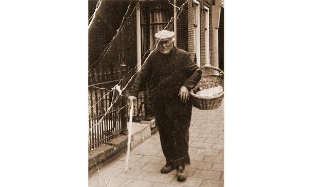 <p>Gjalt Wiebes Huizenga met de broodkorf, waarschijnlijk voor het huis van de notaris.</p>