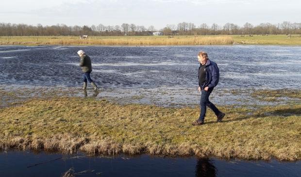 <p>Een plasdras nabij Driesum. Links Johannes Wiegersma en rechts Leo Boersma.</p>