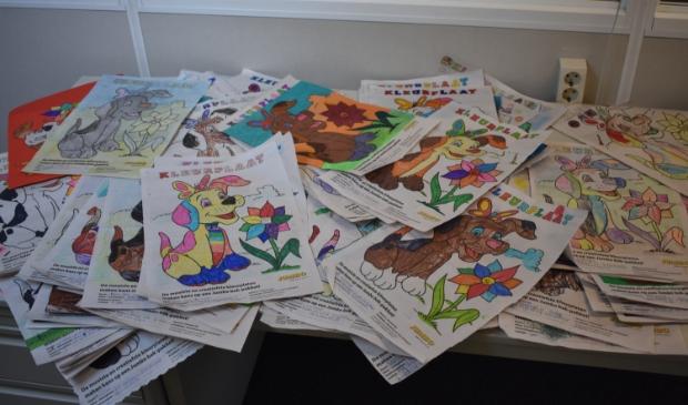 <p>De stapel kleurplaten die binnenkwamen bij Actief Media.</p>