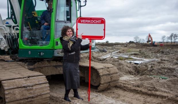<p>Wethouder Esther Hanemaaijer op de bouwlocatie van het project StadsDock. Bijna alle kavels zijn al verkocht. Scan de QR-code voor een promofilmpje van het project uit 2020.&nbsp;</p>