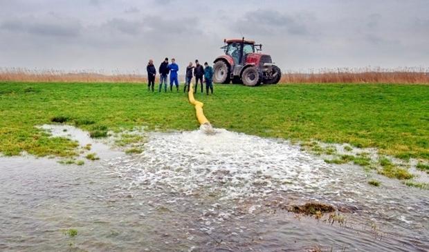 <p>Boeren Noardlike Fryske Walden zetten plasdras-pomp aan om weiland maatschap Van Houten bij Lekkum onder water te zetten t.b.v. weidevogels.</p>